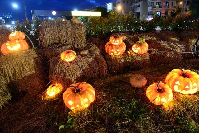 Không gian khu vườn không lớn nhưng được thiết kế độc đáo, đẹp mắt nên tạo ra không khí Halloween thu hút mọi người.