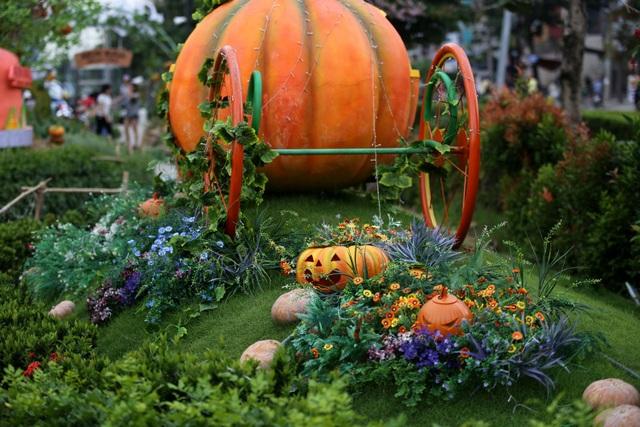 Một chiếc xe chở quả bí ngô nặng khổng lồ đặt bên trong khu vườn. Ngoài bí ngô giả, các quả bí ngô thật cũng được đặt bên trong khu vườn.