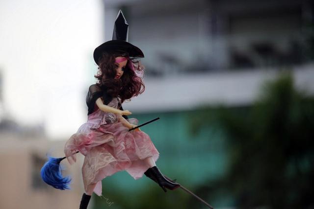 Hình ảnh mụ phù thủy với cây chổi là đặc trưng được nhiều người lựa chọn hóa trang trong lễ hội Halloween.