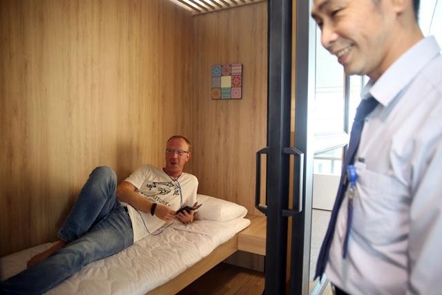 Mỗi phòng ngủ mini có diện tích khoảng 4m2, cao 2,7m được trang bị tranh treo tường, đèn ngủ, ổ cắm điện, giường nệm, gối...phù hợp cho một người nằm nghỉ thay vì phải ngồi chờ nhiều giờ đồng hồ. Thời gian sử dụng là 7 USD (khoảng 140.000 đồng/ 1 giờ).