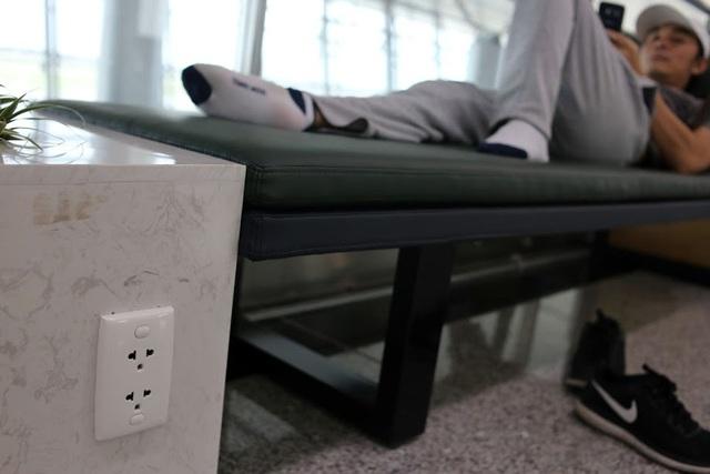 Ở cạnh mỗi chiếc ghế ngủ đều trang bị ổ cắm điện phục vụ nhu cầu sạc điện thoai và đồ điện tử.