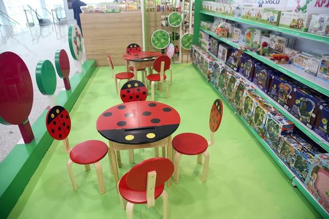 Khu vui chơi trẻ em có diện tích 40m2 với nhiều nhằm phát triển trí tuệ cho các em như lego, đất nặn...