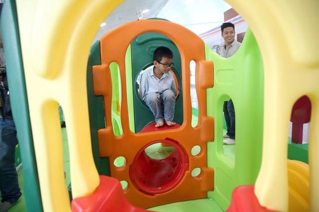 Ngoài ra, còn có nhiều cầu trượt, nhà đồ chơi giúp các em phát triển về thể chất. Khu vui chơi hoàn toàn miễn phí cho cả trẻ em và người lớn.