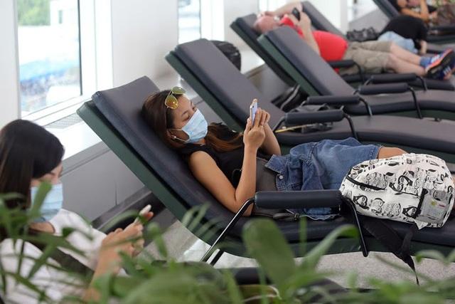 Dịch vụ ghế ngủ miễn phí rộng 100m2 với 20 chiếc ghế được đặt dọc hành lang.