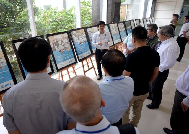 Đoàn đại biểu lắng nghe một công ty chuyên về công nghệ trong buổi tham quan.