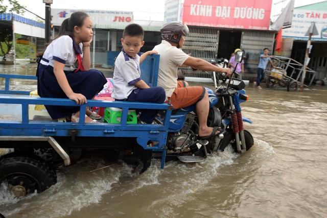 Nhiều phụ huynh phải thuê xe ba gác chở con đi học về.