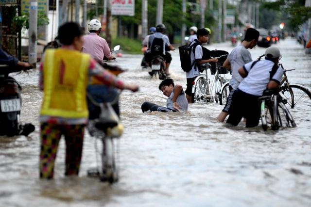 Một em học sinh trung học té ngã khi đi học về ngang qua đoạn đường Lê Văn Lương, xã Nhơn Đức, huyện Nhà Bè.