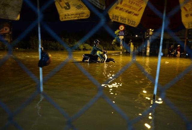 Nước ngập cao gần hết bánh xe máy, nhiều người phải dắt bộ đi về nhà.