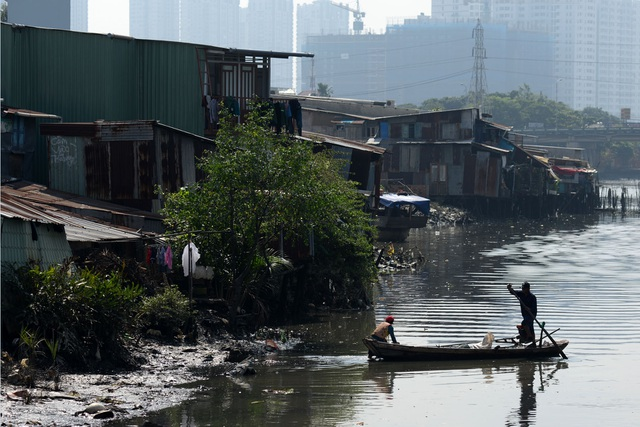 Người dân sinh sống ở đây đều là những lao động nghèo, làm đủ thứ nghề để kiếm sống.