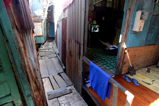 Tôn, gỗ là những vật dụng đơn giản nhất để có thể tạo nên những căn nhà ở khu xóm nước đen.