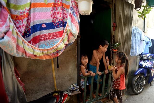 Những đứa trẻ tự chơi với nhau trong căn nhà nhỏ hẹp, chật chội để bố mẹ đi làm thuê.