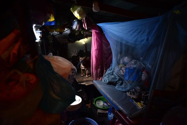 Một căn lều chưa tới 10 m2 tối tăm, bừa bộn, ô nhiễm.