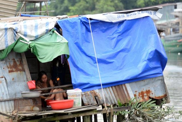 Những căn nhà che chắn tạm bợ, nằm nổi trên mặt sông với điều kiện sinh hoạt, vệ sinh khá tồi tệ.