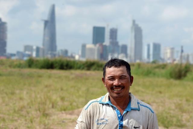 Hiện tại, con cái ông Tời đều lớn và đã có công việc ổn định nên ông không phải lo lắng nhiều. Cứ nửa năm ông đem bán đàn trâu, lấy vốn rồi đi qua Campuchia mua tiếp lứa khác về nuôi. Cuộc sống của ông cứ gắn liền với con trâu, với cuộc sống lang bạt kỳ hồ như thế.