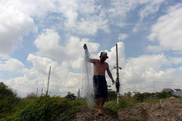 Vốn là dân quê nên ông Tời biết rành nhiều cách để sống hòa thuận với thiên nhiên, ông sắm bộ lưới để đánh cá ở các kênh rạch khi ông đi qua, để làm thực phẩm.