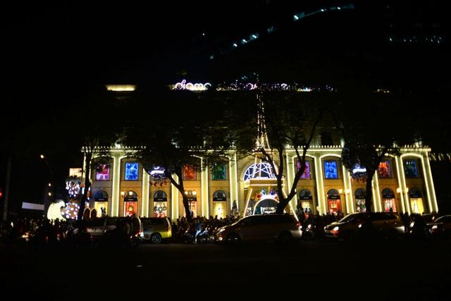 Chỉ còn ít ngày nữa tới dịp Giáng sinh, các đường phố ở TPHCM đã bắt đầu sáng đèn với những hình ảnh được trang trí lộng lẫy thu hút.