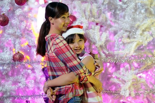 Hình ảnh tình cảm của hai mẹ con chị Tuyết khi chụp hình bên cây thông noel.