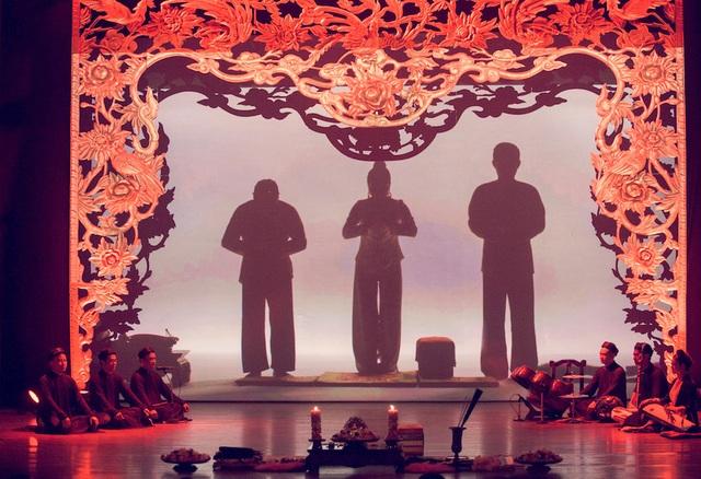 Những phần trình diễn ấn tượng của diễn viên, cùng hiệu ứng của những đoạn clip đặc tả đến từng chi tiết được thực hiện với tông màu lộng lẫy vẫn mang nét văn hóa truyền thống của dân tộc nhưng lồng vào đó nhiều yếu tố hiện đại nhằm thu hút người xem. Hai người hầu dâng vốn trong nghi lễ không gây được sự chú ý nhưng trên sân khấu Tứ Phủ họ trở thành điểm nhấn chính với sự lên xuống phối hợp nhịp nhàng cho phần khăn áo của Thanh đồng.