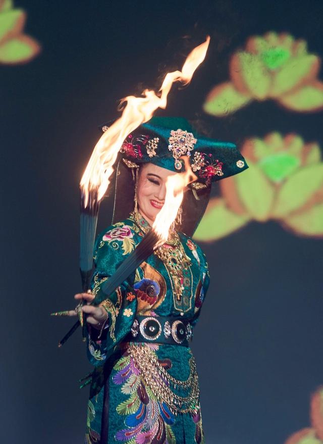 Sân khấu trở nên hoành tráng khi Thanh đồng ra bộ với hỏa hương.