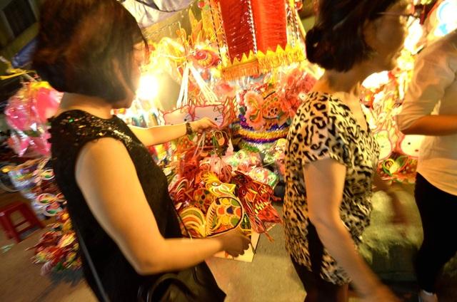 Vị khách này vừa chọn 100 lồng đèn giấy kiếng để làm quà cho trẻ em có hoàn cảnh khó khăn.