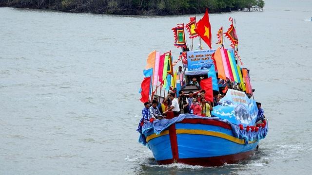 Sáng ngày 16/8, khoảng 10h, các chức sắc hội lăng trong trang phục chỉnh tề làm lễ rước kiệu của Nam hải Tướng quân xuống thuyền rồng ra biển. Đoàn ghe nghinh xuất phát tại bến đò Cần Giờ.