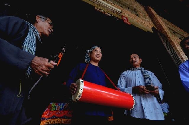 Người cầm trống cơm trong vai trò chủ xướng còn gại là Cái kể.
