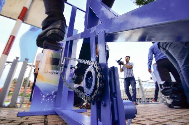 Xe đạp lọc nước sử dụng động năng chuyển thành điện bơm nước từ kênh lên bể lọc.