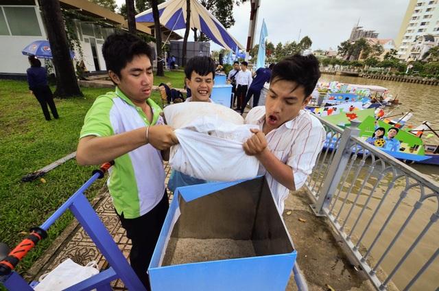 Các kỹ sư trẻ Đại học Bách Khoa và Đại học Nông Lâm đang cho cát vào bể chứa.