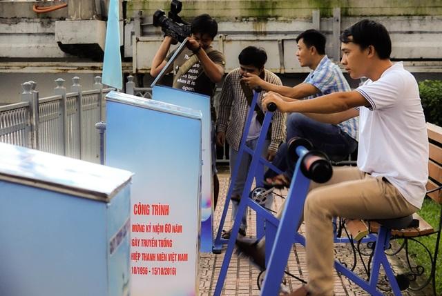 Nhiều khách tham quan tại buổi bàn giao tham gia đạp thử. 60 xe đạp lọc nước sẽ được lắp đều hai bên đường Hoàng Sa và Trường Sa, đoan từ cầu Thị Nghè đến cầu Công Lý.