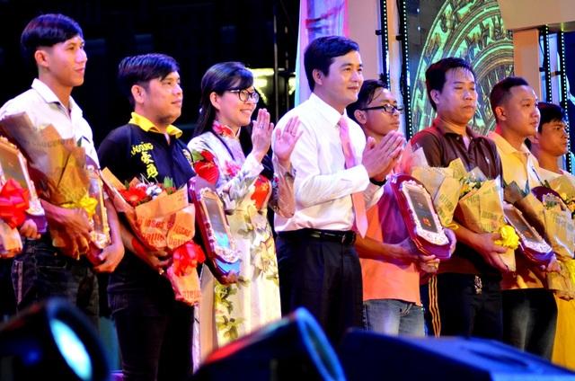 Ông Bùi Tá Hoàng Vũ (áo trắng ở giữa)- GĐ Sở Du lịch TPHCM và Nguyễn Thị Ánh Hoa, PGĐ Sở trao hoa cảm ơn các đoàn lân nghệ thuật đã góp phần làm cho liên hoan thành công. Dự kiến trong thời gian tới, hoạt động này sẽ được duy trì thường niên.