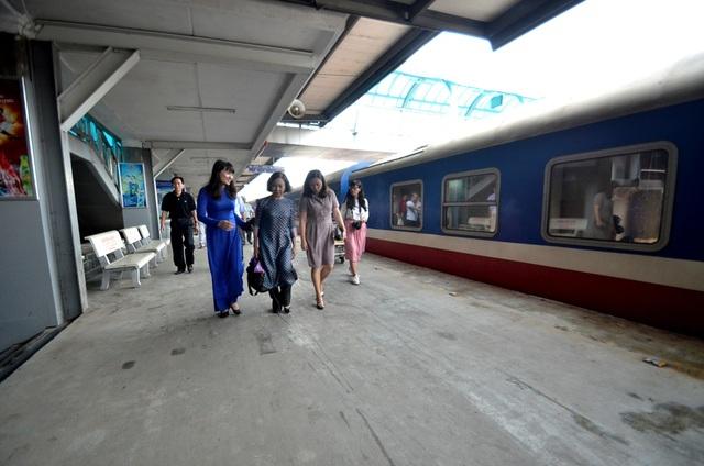 Bà Nguyễn Thị Khánh, PCT Hiệp hội du lịch TPHCM (Người mặc áo dài hoa) đang nghe lãnh đạo đường sắt Hà Nội thông tin các hạng mục ngành đang có.