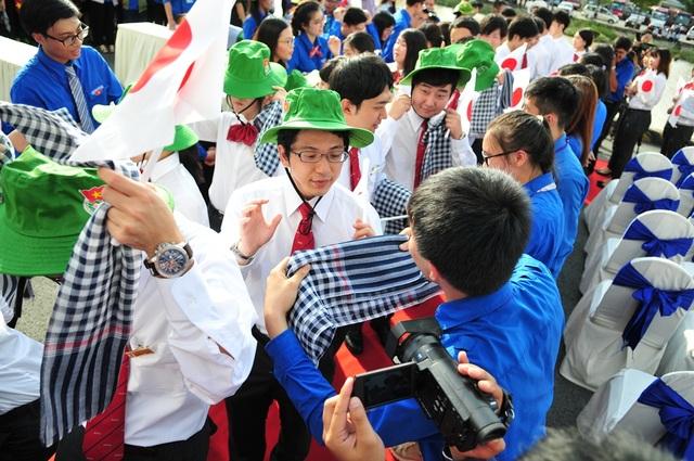 Hứng khởi khi được nhận món quà từ các bạn Việt Nam, một chiếc nón tai bèo và một khăn choàng.