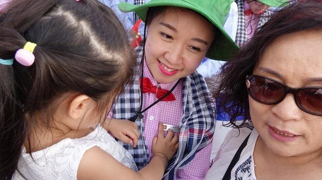 Bạn Hà Minh Thùy tranh thủ ôm con gái trước khi tham gia chuyến hành trình dài ngày. Thùy từng công tác trong ngành y tế tại Bệnh Viện đa khoa Quốc gia Singapore và bệnh viện tư nhân đa khoa tại Hà Nội. Cô có sở thích du lịch, nhảy múa và trượt băng.