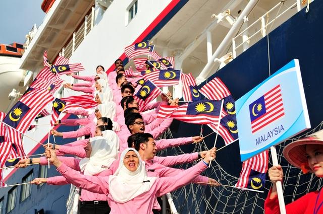 Các bạn Malaysia khá rực rỡ trong trang phục truyền thống, màu áo trùng với màu cờ
