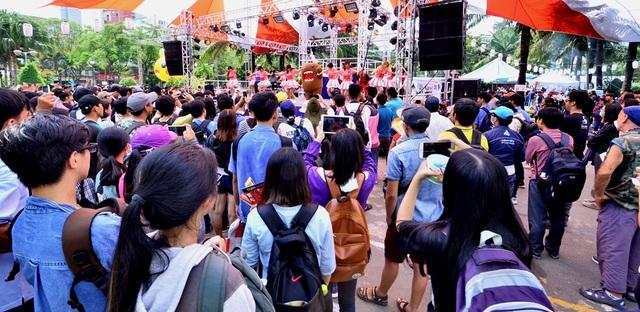 Tuy các tiết mục không diễn ra liền mạch và rải rác trong ngày, nhưng mỗi khi sân khấu chính lên nhạc thì khách tham quan tụ hội rất đông.