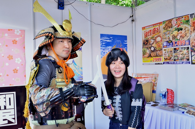 Chụp ảnh cùng chiến binh Nhật.