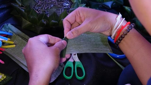 """""""Krathong"""" được kết trang trí bằng một số loại lá, chủ yếu vẫn là lá chuối."""