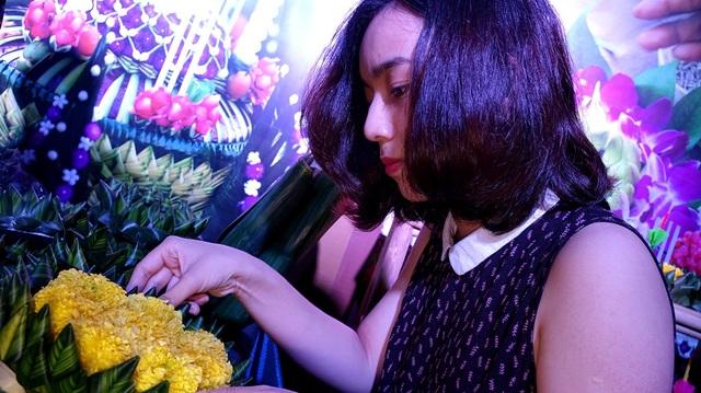 """Sau khi kết thành cho """"Krathong"""", hoa sẽ được lấp đầy trên mặt."""