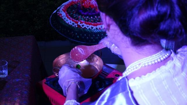 Tạo dáng và trang trí màu xong, bánh Luk Chup sẽ được tráng một lớp áo rau câu để tạo độ bóng.