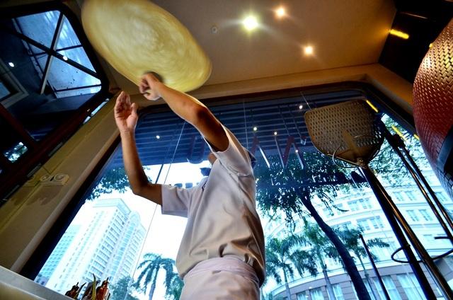 Ở góc này, có thể thấy rõ thao tác đón bột bằng hai tay của đầu bếp Võ Chiến Thắng. Không cần dùng quá nhiều sức nhưng đòi hỏi sự khéo léo của đôi tay.