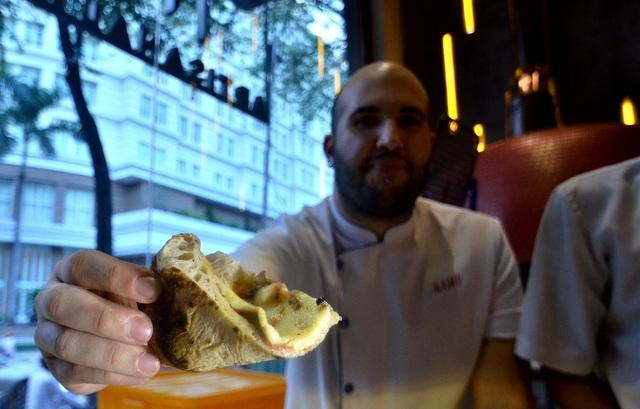 Theo đầu bếp Giovanni D'Apote, người Ý thường ăn bánh theo cách cầm tay và cuộn tròn bánh. Sở dĩ ăn như thế là do bánh làm theo phong cách Ý sẽ mềm, hơi ướt, nếu không cuộn lại rất dễ làm rơi các phần nguyên liệu.