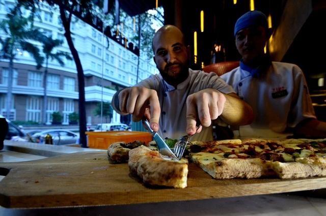 Đây là cách ăn của người Việt Nam, dùng dao nĩa để cắt.