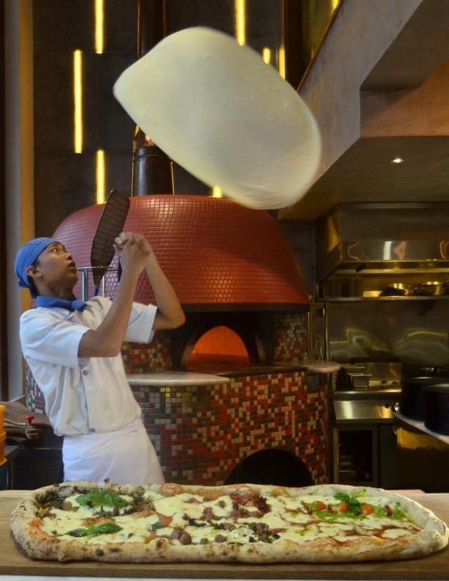 Để có thể tung hứng như thế này, người đầu bếp phải có kinh nghiệm nhiều năm.