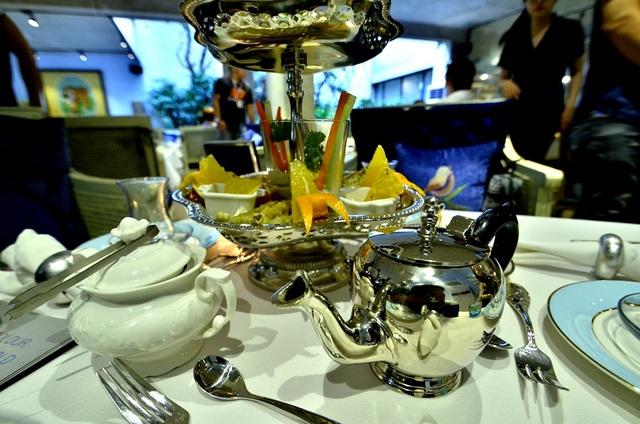 Một ấm kim loại chứa trà và một hủ sứ chứa đường. Cách uống trà người Thổ khá lạ, họ ngậm một viên đường trong miệng trước rồi sau đó mới nhấm nháp trà. Đường tan trực tiếp trong miệng, tạo ra vị trà rất đặc biệt.