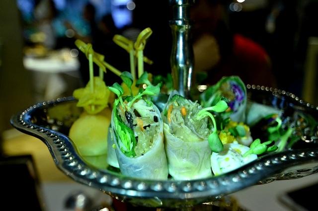 Mâm cỗ kèm trà có nhiều loại thức ăn khá tương đồng với Việt Nam như: gỏi cuốn, trứng cút, hoa bí chiên, dưa chuột ngâm…