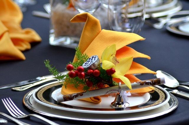Ngoài thể hiện món ăn, việc bài trí bàn tiệc cũng là công đoạn rất quan trọng, thể hiện gu thẩm mỹ và phong cách đặc trưng từng đơn vị.
