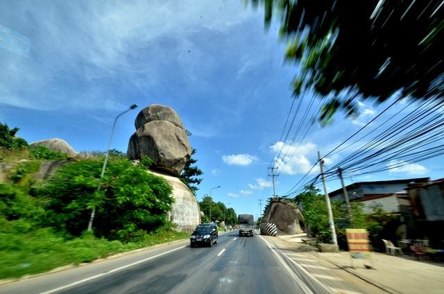 Nằm cách TPHCM 110 km, ngang qua khu vực huyện Định Quán, Đồng Nai có 3 khối đá xếp chồng lên nhau, phía bên trái nếu đi từ hướng TPHCM lên. Đây là các khối đá hoa cương, trải qua hàng triệu năm, các khối đá này trồi lên từ bên dưới lòng đất tạo thành hình khối rất ấn tượng, người dân quen gọi đây là di tích Đá Ba Chồng.