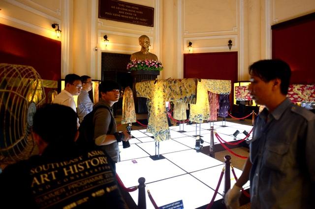 Những bộ phẩm phục được trưng bày theo thứ tự từ hoàng bào vua, hai bên là phẩm phục của hoàng thái tử và các quan lại, phía sau là của hoàng hậu và các nữ phục cung đình.