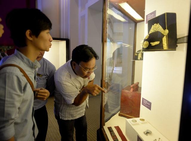 Nhiều du khách thích thú vì lần đầu được nhìn ngắm các hiện vật từ thời cha ông.