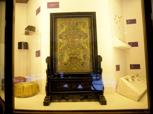 Chiếc trấn phong bằng gỗ với kỹ thuật sơn thếp, kéo sợi vàng tạo hoa văn điển hình của hoàng gia thời Nguyễn.
